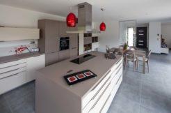 Utilisation de touches de couleur rouge dans le mobilier de la maison pour apporter de la chaleur et du piquant