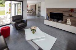 Utilisation de matériaux de qualité, aux teintes sobres, dans le salon pour beaucoup de modernité