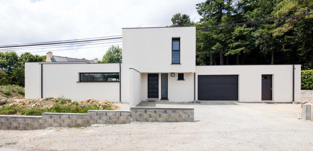 Cette maison aux lignes contemporaines et aux beaux volumes possède beaucoup de caractère et de design