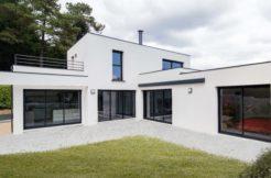 La disposition en angle de la maison et les grandes baies vitrées permettent de profiter pleinement du jardin