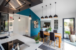 La cuisine ouverte sur la salle à manger forment un espace repas convivial
