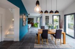 Le salon dans le prolongement de l'espace cuisine repas permet de distinguer les zones de la maison tout en apportant convivialité et partage