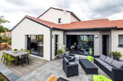 La terrasse avec accès direct du salon et de l'espace repas permet une continuité de l'espace à vivre pour plus de convivialité