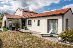 La terrasse, tout en longueur de la maison, permet d'en profiter de l'ensemble des pièces de rez-de-chaussé pour un moment de détente