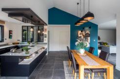 La cuisine ouverte sur la salle à manger avec leur style industriel amènent à la convivialité et aux moments de partage autour d'un bon repas.