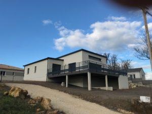 Cette maison de plain pied doit tout son caractère à cette terrasse sur pilotis qui permet d'exploiter au maximum le terrain