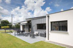 Utilisation du zinc et de murs de parement pour donner du caractère à la maison