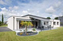 Espace détente dans le jardin grâce à la terrasse abritée qui est une continuité de la pièce à vivre
