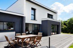 Le design de la maison s'appuie sur un jeu de lignes et de volumes et un mélange de matériaux