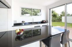 La cuisine, épurée, s'intègre parfaitement dans le design contemporain de la maison