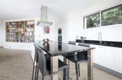 L'espace repas, ouvert sur la cuisine, offre un espace de convivialité