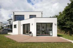 Les nombreuses ouvertures baignent de lumière la maison et subliment l'architecture