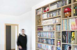 Le mobilier épuré et optimisé de la maison fait toute la différence et permet un design contemporain en adéquation avec l'architecture de la maison