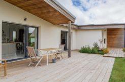 La couverture partielle de la terrasse par le prolongement de la toiture permet d'en profiter quelque soit la météo