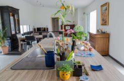 Les pièces de vie de cette construction individuelle de plain pied permettent deux espaces bien distincts entre la cuisine et la salon-séjour