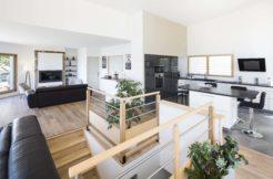 A l'étage, les différents espaces s'organisent autour de la terrasse et sa magnifique vue