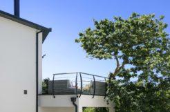 L'élégante terrasse surplombe la construction et offre une vue d'exception