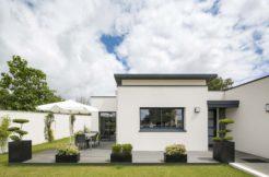 Le jardin est accessible depuis la pièce à vivre principale et donne envie de profiter de la terrasse