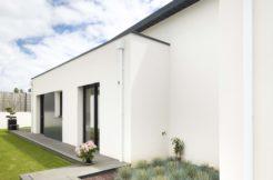 La terrasse fait le tour de la construction pour permettre un accès à l'extérieur de chaque pièce de la maison