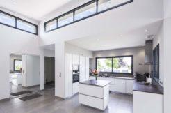 Le déplafonné de l'espace central permet d'apporter hauteur sous plafond et luminosité