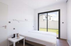 La baie coulissante de la chambre apporte beaucoup de luminosité à la pièce et un accès sur l'éxtérieur