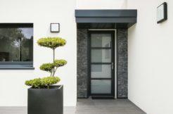 Dès l'entrée, l'alliance de la pierre et du végétal donne beaucoup de caractère à la construction