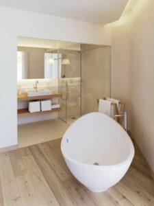 La baignoire est la valeur sûre de la salle de bain et est une invitation à la détente