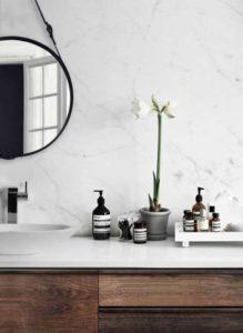 Retour en force du marbre donne tout un style à la salle de bains