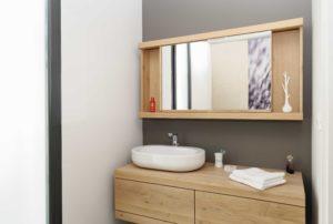 Utilisation du bois dans le mobilier qui est optimisé pour gagner en place