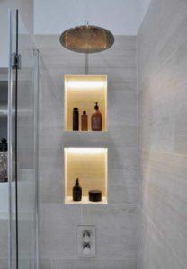 Utilisation de niches pour permettre le rangement et la décoration sans perdre de place