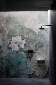 Utilisation de papier peint spécifique à la salle de bains pour apporter une ambiance