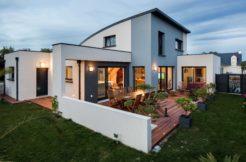 La pièce à vivre est ouverte sur la terrasse et le jardin comme une invitation à en profiter