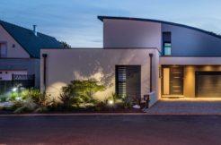 La toiture cintrée confère originalité et hauteur à la construction