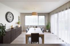 Une pièce épurée et moderne dans la continuité de la cuisine