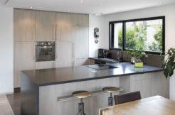 Une cuisine moderne tout en accord avec le design de la construction