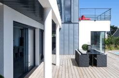 Une magnifique terrasse au bord de la piscine qui invite à la détente