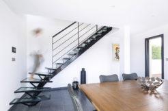 Une décoration et des matériaux sobres et de qualité en accord avec l'architecture de la maison