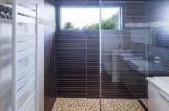 Une salle d'eau moderne et élégamment agencée comme le reste de la maison