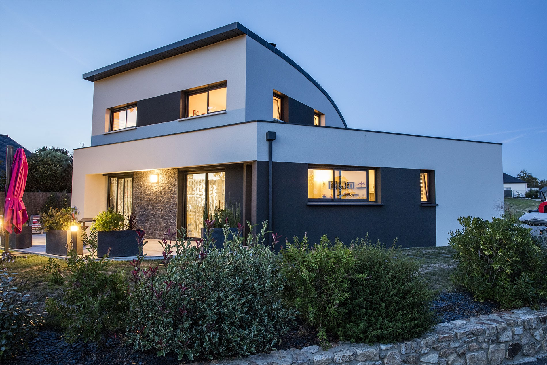 Maison contemporaine avec toiture cintrée dans le Morbihan (56)   Trecobat