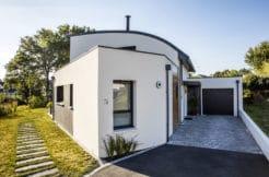 Maison individuelle avec vue sur le garage et l'accès au jardin