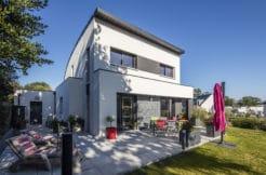 Maison vue de biais avec sa terrasse et sa toiture en forme d'arc