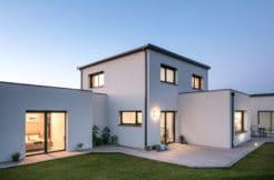 La terrasse et la maison sous un nouveau jour à la tombée de la nuit