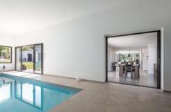 La piscine couverte est accessible depuis l'espace de vie et la terrasse