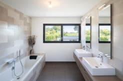 Une grande salle de bain moderne et lumineuse à l'étage