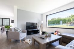 Un salon cosy et moderne avec vue panoramique sur le jardin