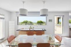 Salle à manger avec fenêtre vue sur la mer