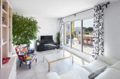 Salon lumineux avec accès direct à la terrasse par la baie vitrée